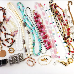 Lot of 25 fashion costume jewelry 15 Necklaces 4 bracelets 5 pins 1 set of earrings